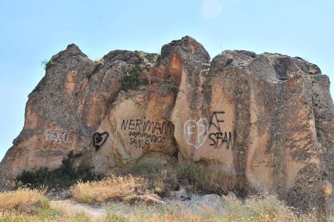 Aşkının adını Peri Bacalarına yazdı! Sevdiğinizin ismini bir yerlere yazdınız mı?