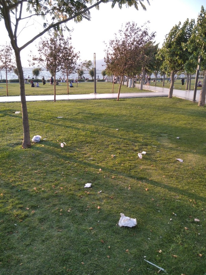 Niye yediklerimizi, içtiklerimizi çöp tenekesine atmayıp şehrin merkezini kirletiriz?