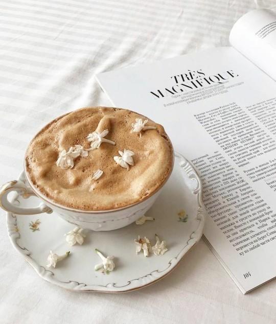 Kitapla kahve fotosu çekilen kız itici midir?