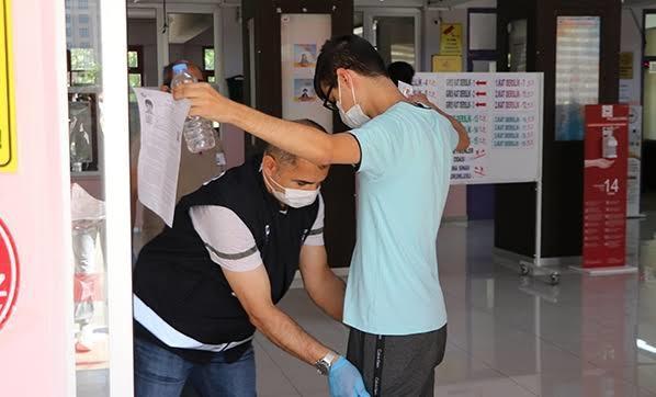 Maske, mesafe ve temizlik kuralları ile sınav.