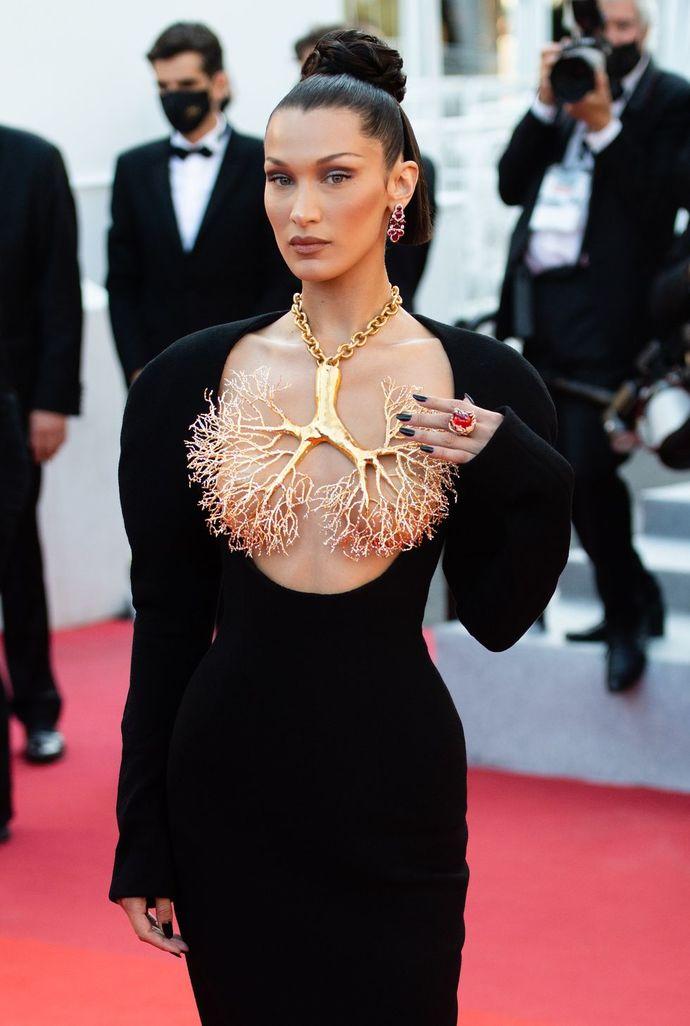 Bella Hadidin Cannes Film Festivali'nde giydiği elbiseyi ve taktığı kolyeyi nasıl buldunuz?