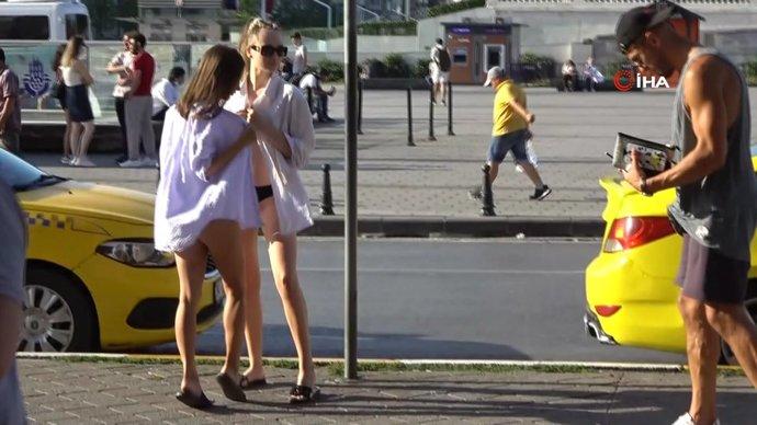Taksimde Bikini ile fotoğraf çekilen 2 kadın?