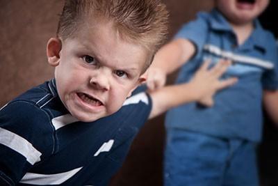 Sürekli kavga eden cocuklara anne babalar nasıl yaklaşmalı?