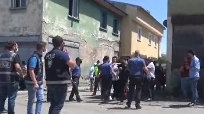 Pazarcılarla kavga eden Suriyeliler müdahaleye gelen Polis ekiplerine taşla saldırdı! Mülteciler sizce bir gün gidecek mi?