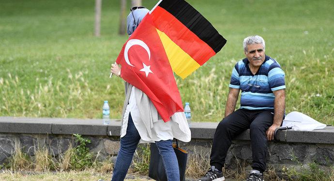 Almanyada yaşayan gurbetçi Siz gelin bizim burada çektiklerimizi bir gün çekin diyerek Almanyayı kötüledi. Ne düşünüyorsunuz?
