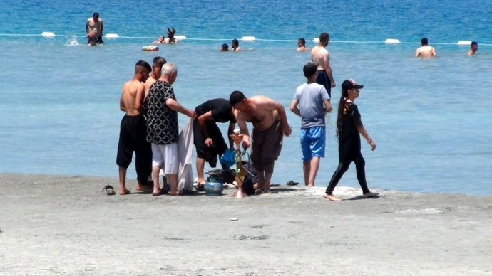 Salda Gölüne gelenler nargile içip çamur banyosu yaptı! Sizce bu göl nasıl korunabilir?