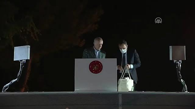 Cumhurbaşkanı Erdoğan, afet bölgesine çay fırlattı! Ne düşünüyorsunuz?