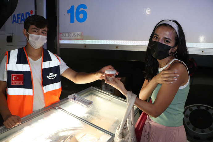 Bazı Ülkelerde Aşı olanlara teşvik için para ve telefon verirken, bizde ise dondurma ve baklava hediye, ne dersiniz?
