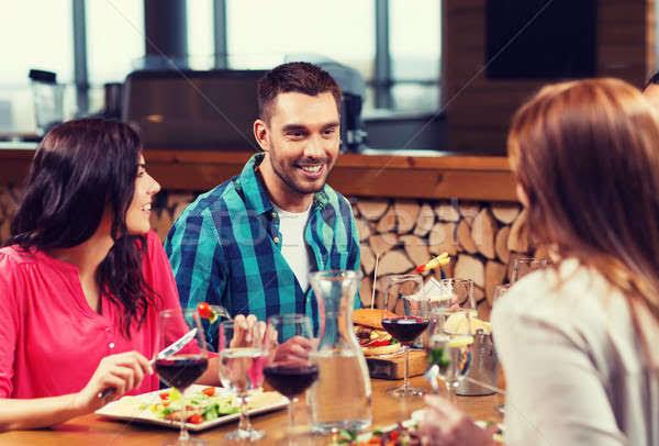 Eşiniz akşam yemeğine bekar arkadaşını evinize davet edebilir mi?