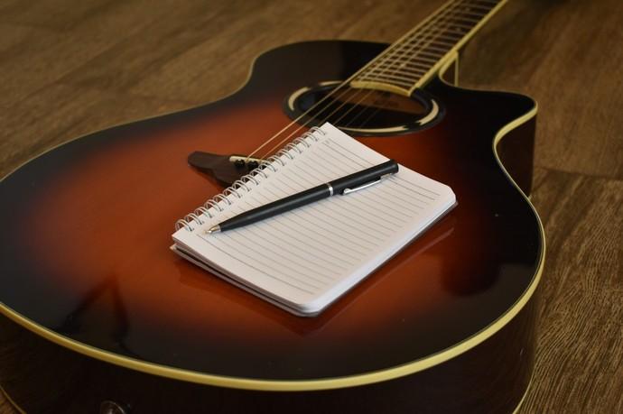 Zengin İçerikli Söz Yazmak Bir Tür Enayilik Midir?