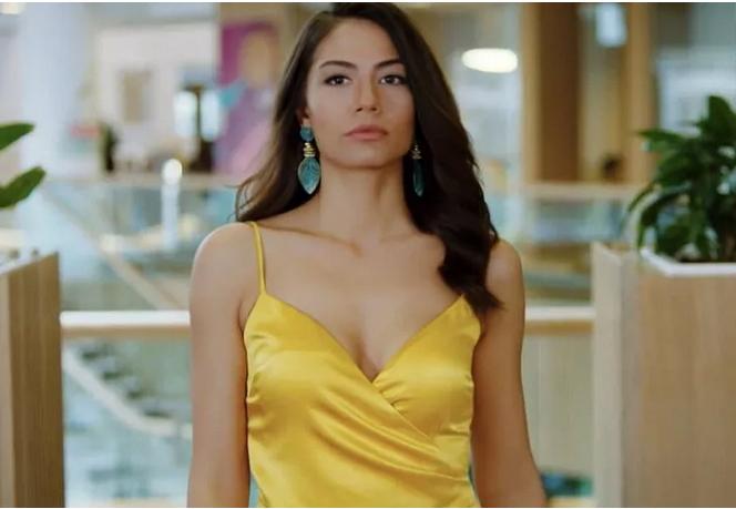 Demet Özdemirin elbisesi pahalı bulundu! Siz bu elbiseye kaç lira verirdiniz?