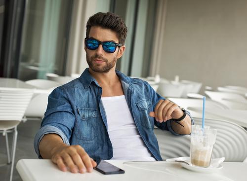 Erkekler için en iyi güneş gözlüğü markası hangisi?
