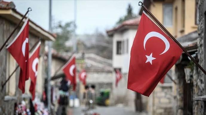 Eskiden Milli Bayramlarda evlerimize, iş yerlerimize v. b bayraklar asardık şimdi çok bayrak göremiyorum neden bayrak asmıyoruz?