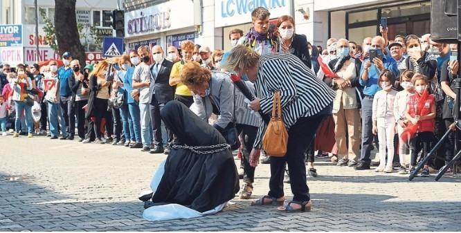 Balıkesir Edremit Belediyesinin düzenlediği gösteride çarşaflı kadının zincire vurulması hakkında ne düşünüyorsunuz?
