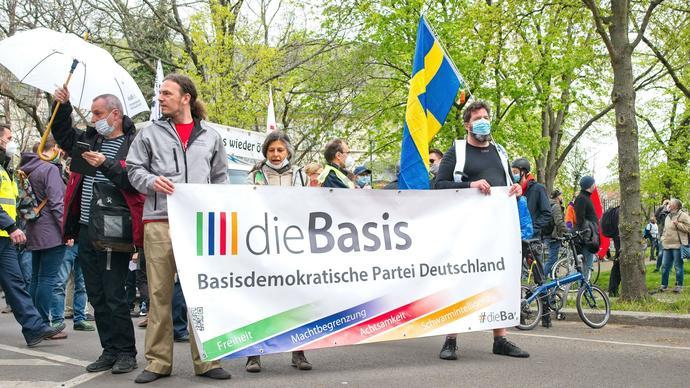 Almanyada covid önlemletine tepki olarak kurulan die basis partisi partinin ana amacı covid kurallarını kaldırmak
