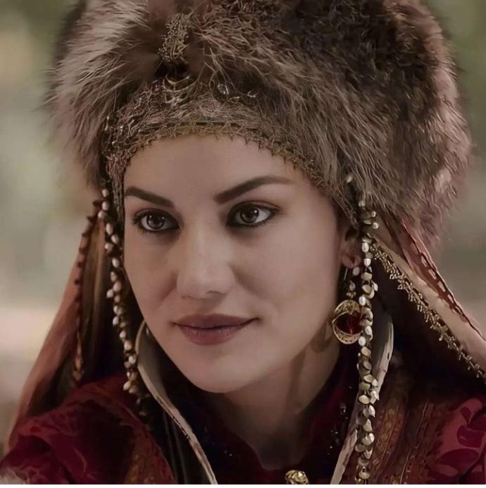 Fahriye Evcen, Akça Sultan rolüne yakışmış mı sizce?