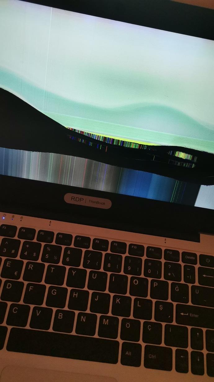 Laptopun ekranı böyle kaldı? Tamirci yapabilir mi  ya da  tamirciye satayım yeni mi alaym?