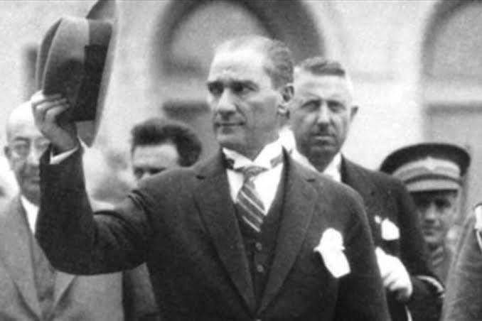 Mustafa Kemal Atatürk Sizleri kıvılcım olarak gönderiyorum, alevler içinde ülkeye döneceksiniz dediği ülke nasıl bu hale geldi?