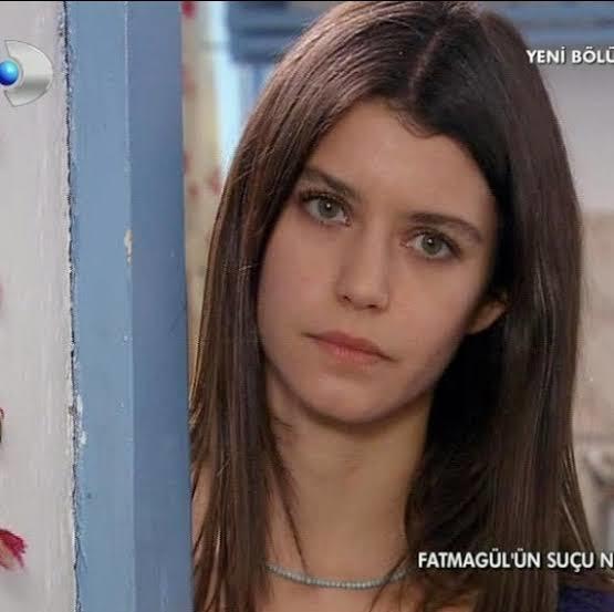 Sizce Hande Erçel mi daha güzel Beren Saat mi?