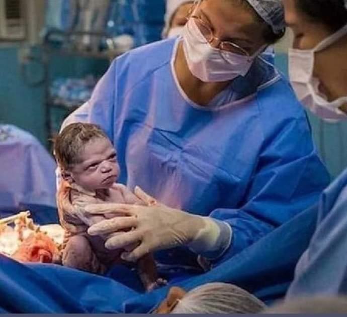 Doğar doğmaz böyle bakan bebeğin içinden ne geçiyordur sizce 😂?