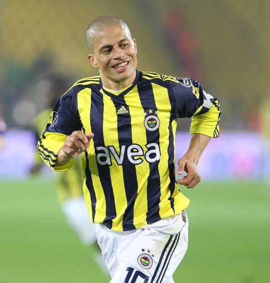 Türkiye iki ezeli rakip takımda oynamış iki efsane futbolculardan Hagi mi Alex mi?
