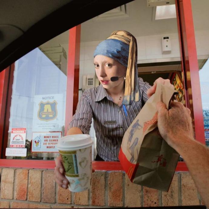 İnci Küpeli Kadın size hamburger uzatsa yer miydiniz :D?
