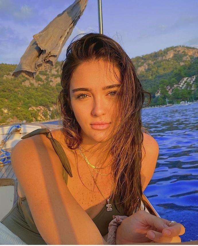 Voleybolcu Zehra Güneş mi daha güzel yoksa Hande Erçel mi?