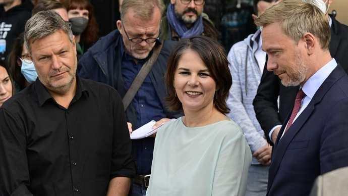 Hür demokrat Liberallerden Cristian Lidner ve Yesiller (Annalena Bearbock Robert Habeck) koalisyon görüsmesindeyken cekilen kare