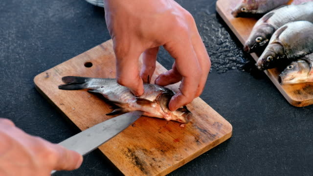 Balık aldığınızda temizletir misiniz yoksa kendiniz temizleyebiliyor musunuz?