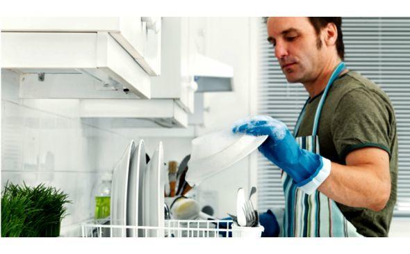 bulaşık yıkayan erkekler