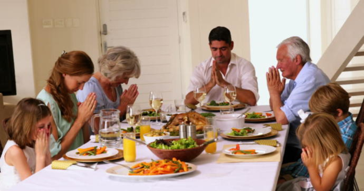 family praying at dinner - 1024×540
