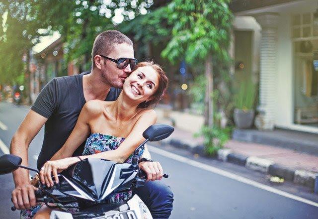 Sevgiliniz/eşiniz işi gereği karşı cinsten biriyle yaklaşık 1 ay gibi bir süre iş seyahatine gidebilir mi?