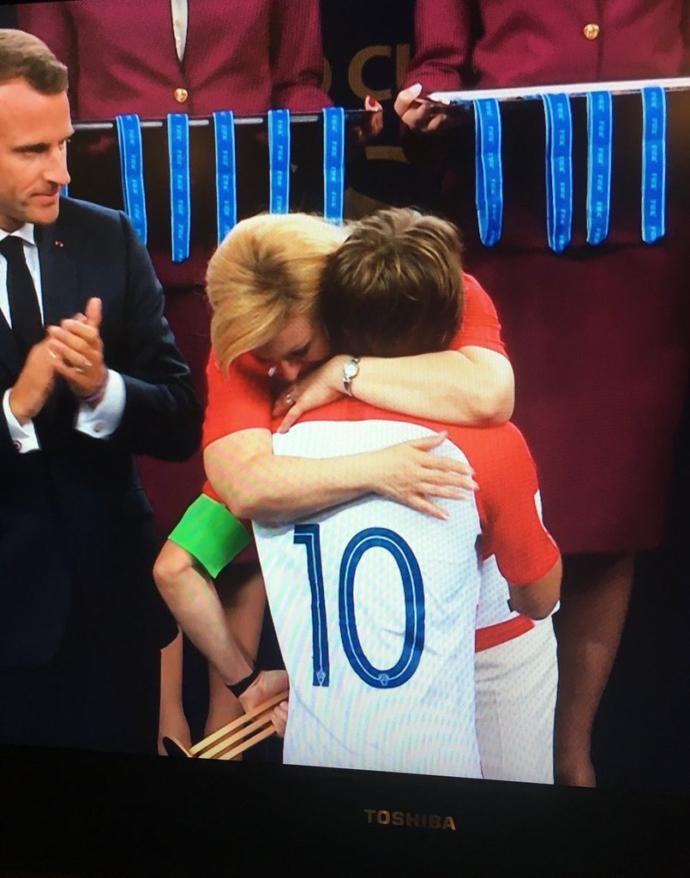 Hırvatistan Cumburbaşkanı Kolinda Grabar-Kitarović sizce de çok tatlı bir kadın değil mi? Fransız-Hırvat tüm oyunculara sarıldı?