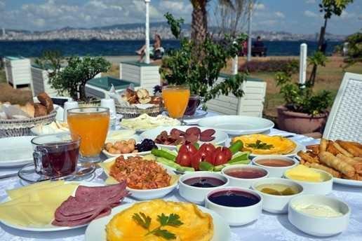 Kahvaltı sofrasında