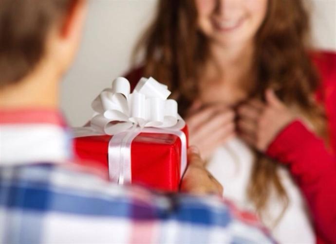 İlk buluşmanıza bir hediye ile gelen flörtünüz, sizin gözünüzde nasıl bir imaj yaratır?